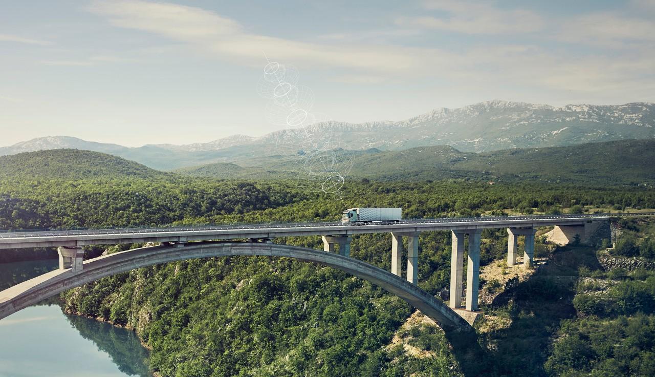 Свързан товарен автомобил Volvo се движи по мост в отдалечено място